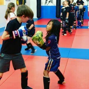 kickboksen kinderen, zelfvertrouwen kinderen, vechtsport kids, kickboksen kids